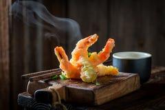 Smakelijke garnalen in tempura met rode saus stock foto's