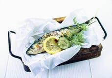 Smakelijke gebakken gehele vissen met kruiden Stock Fotografie