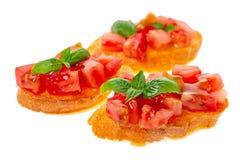 Smakelijke gehakte tomaat op plakken van geroosterd baguette versierd verstand royalty-vrije stock foto