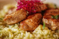 Smakelijke gekookte rijst met vlees en groenten op plaat stock afbeeldingen