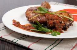 Smakelijke geroosterde kip met pepersaus Royalty-vrije Stock Foto