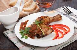 Smakelijke geroosterde kip met pepersaus Royalty-vrije Stock Afbeeldingen