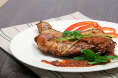 Smakelijke geroosterde kip met pepersaus Stock Afbeelding