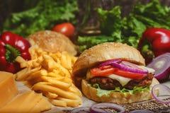 Smakelijke geroosterde rundvleeshamburger Royalty-vrije Stock Foto