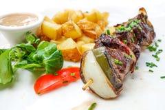 Smakelijke geroosterde vlees en groentenvleespennen stock foto's
