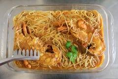 Smakelijke Griekse de Pantoffelzeekreeften of Kolohtipa van keukenzeevruchten met makaronada van spaghettideegwaren in tomatensau Stock Foto