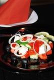 Smakelijke Griekse salade op een plaat Stock Foto