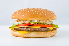 Smakelijke grote Hamburger met groentenkaas en vlees Royalty-vrije Stock Afbeelding