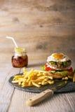 Smakelijke hamburger met frieten, selectieve nadruk Stock Foto