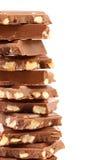 Smakelijke hap van melkchocola met noten. stock afbeelding