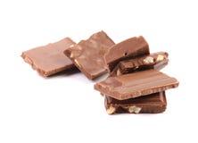 Smakelijke hap van melkchocola met noten stock fotografie