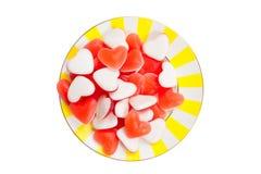 Smakelijke heerlijke rode meerminnen in vorm van hart op mooie plaat Stock Foto