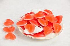Smakelijke heerlijke rode meerminnen in vorm van hart op mooie plaat Royalty-vrije Stock Afbeeldingen