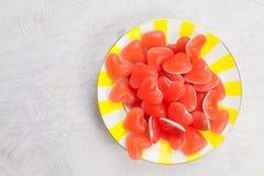 Smakelijke heerlijke rode meerminnen in vorm van hart op mooie plaat Stock Afbeeldingen
