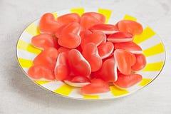 Smakelijke heerlijke rode meerminnen in vorm van hart op mooie plaat Stock Foto's