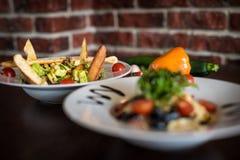 Smakelijke heerlijke salade met kant-en-klare deegwaren royalty-vrije stock afbeelding