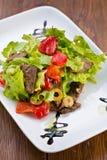 Smakelijke heerlijke verse salade met groentensaus en vlees Stock Fotografie