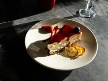 Smakelijke heldere zonnige kaastaart onder stralen van zon stock foto