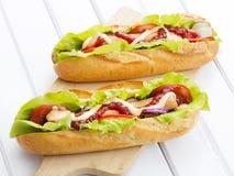 Smakelijke hotdogs op een houten lijst Royalty-vrije Stock Afbeelding