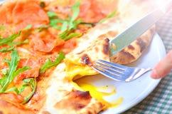 Smakelijke Italiaanse pizza dichte omhooggaand royalty-vrije stock afbeelding