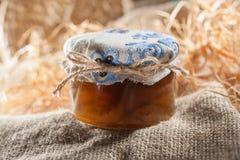Smakelijke jam in de glaskruiken met kastanjes in hooi Seizoengebonden voedselthema Stilleven 1 stock foto