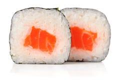 Smakelijke Japanse broodjes met geïsoleerde zalm, rijst en nori Stock Foto