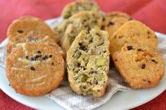 Smakelijke kaaskoekjes en biscotti Stock Afbeeldingen