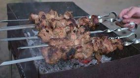Smakelijke kebab bij de grill De kok bereidt kebab bij de grill voor stock footage