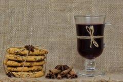 Smakelijke Kerstmiskoekjes, hete overwogen wijn en decoratie met bu royalty-vrije stock foto