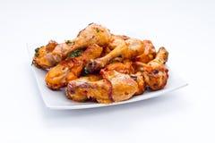 Smakelijke kippenbenen bij de grill met gouden korst Stock Fotografie