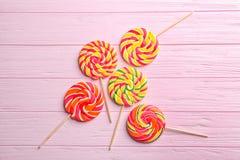 Smakelijke kleurrijke lollys stock foto
