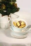 Smakelijke koekjes in de witte kop voor Kerstmis Stock Afbeeldingen