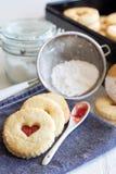 Smakelijke koekjes genoemd augen ` van ` Linzer - zoete gift Stock Foto's