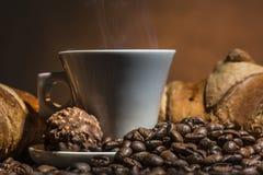 Smakelijke koffie en croissants Stock Afbeelding