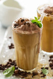 Smakelijke koude verfrissende drank met koffie, melk, chocoladeijs cre Stock Foto's