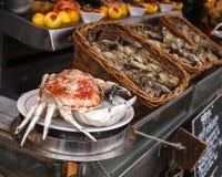 Smakelijke krab en oesters in het restaurant Stock Fotografie