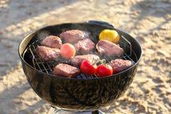 Smakelijke lapjes vlees en groenten bij de barbecuegrill Stock Afbeeldingen