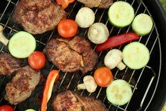 Smakelijke lapjes vlees en groenten bij de barbecuegrill, Royalty-vrije Stock Foto