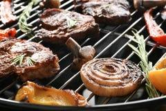 Smakelijke lapjes vlees en groenten bij de barbecuegrill, Stock Fotografie