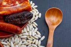 Smakelijke lepelschotel Heerlijk voor de herfst, de winter en het hele jaar Asturische fabada, typische schotel van Asturias Span stock fotografie