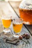 Smakelijke likeur met alcohol en hazelnoten stock foto's