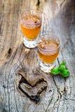 Smakelijke likeur met hazelnoten en alcohol stock afbeeldingen