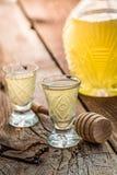 Smakelijke likeur met honing en alcohol stock foto