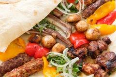 Smakelijke maaltijd gebraden levensmiddelen knapperige flatbread stock foto's