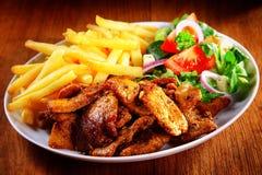 Smakelijke Maaltijdcombinatie van Vlees, Gebraden gerechten en Veggies stock foto