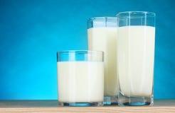 Smakelijke melk in glazen Stock Foto's