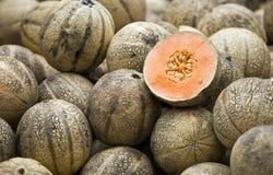 Smakelijke meloenen op markt Stock Foto's