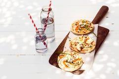 Smakelijke mini vegetarische pizza's met aubergine Stock Afbeelding