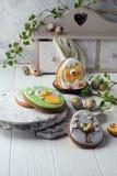 Smakelijke mooie Pasen-peperkoekkoekjes op een witte houten oppervlakte Vakantie heldere Pasen Het voorbereidingen treffen voor e royalty-vrije stock foto's