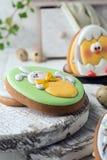 Smakelijke mooie Pasen-peperkoekkoekjes op een witte houten oppervlakte Vakantie heldere Pasen Het voorbereidingen treffen voor e stock afbeeldingen